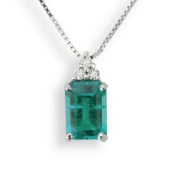 Smeraldo: Pendente Oro Bianco 18 Kt (Gr. 2,10) Diamanti Bianchi taglio Brillante Ct. 0,15 e Smeraldo Ricostruito Emerald Cut Ct. 0,90.