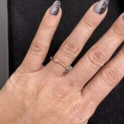 anello castoni oro giallo indossato