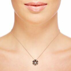 collana diamanti neri indossata