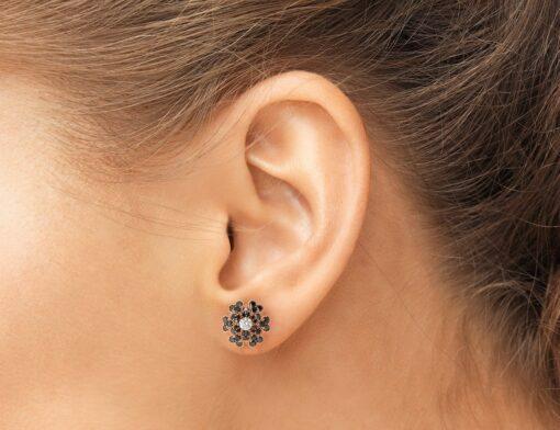 orecchini fiore diamanti neri indossati