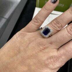anello zaffiro ottagonale indossato