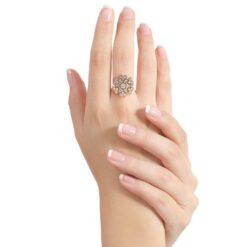 anello fiore indossato