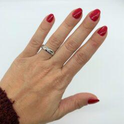 anello onda di diamanti indossato